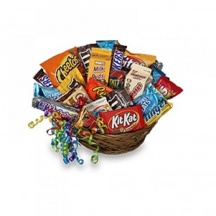 Darčekový kôš plný sladkostí
